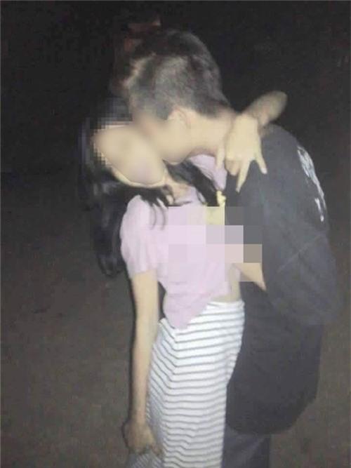 Bạn nữ mặt còn non choẹt, thoải mái để cho các bạn trai vô tư sờ mó vùng nhạy cảm, hôn hít rồi chụp ảnh