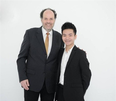 Phạm Minh Hiếu (phải)