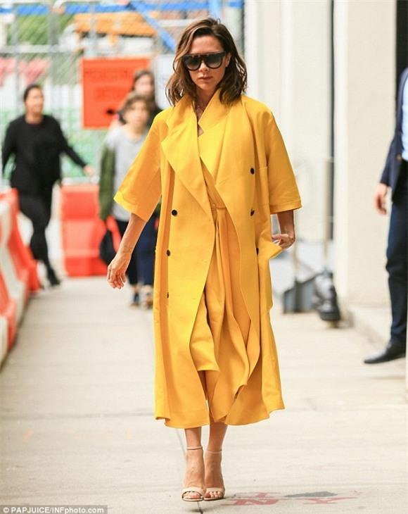 Victoria Beckham diện 'cây vàng' chói lóa sang chảnh xuống phố 0
