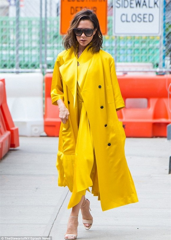 Victoria Beckham diện 'cây vàng' chói lóa sang chảnh xuống phố 1