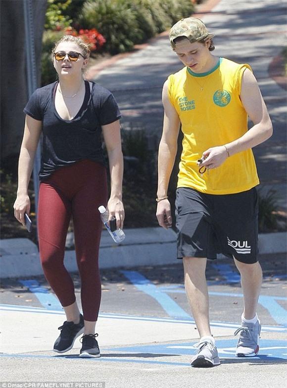 Bạn gái Brooklyn Beckham lại mặc quần quá bó sát lộ vùng nhạy cảm 6