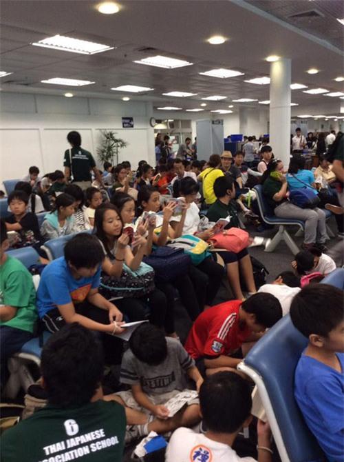 Ngưỡng mộ cả trăm học sinh Nhật Bản đọc sách khi chờ lên máy bay - 1