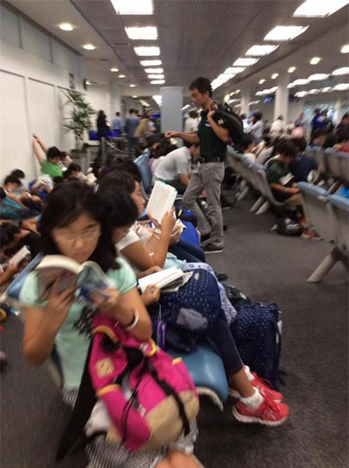 Ngưỡng mộ cả trăm học sinh Nhật Bản đọc sách khi chờ lên máy bay - 2