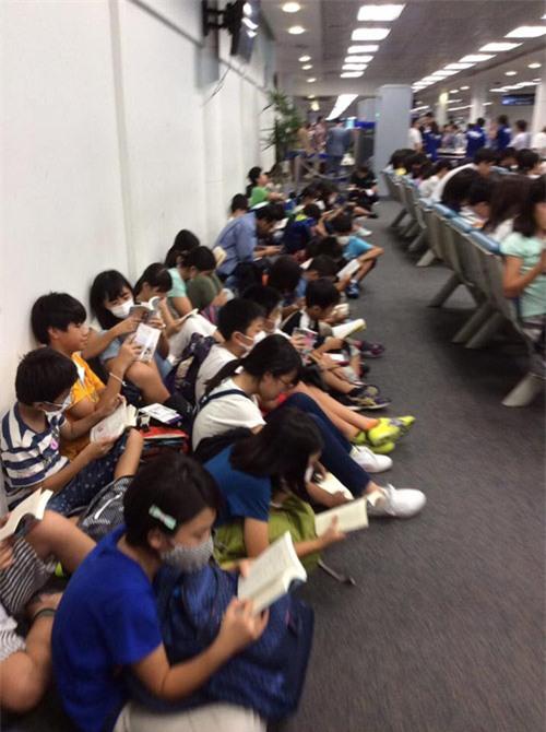 Ngưỡng mộ cả trăm học sinh Nhật Bản đọc sách khi chờ lên máy bay - 3