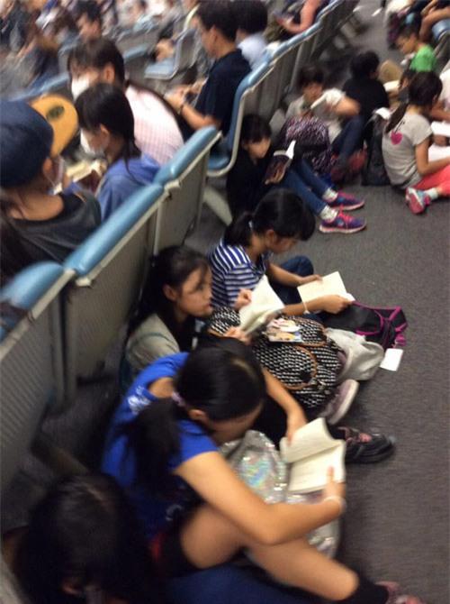 Ngưỡng mộ cả trăm học sinh Nhật Bản đọc sách khi chờ lên máy bay - 4