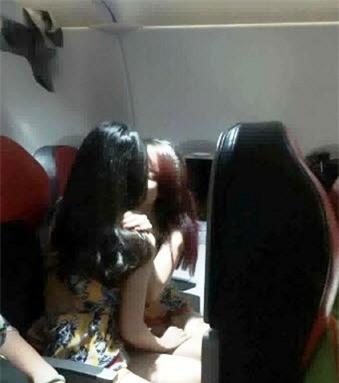 Lắc đầu ngán ngẩm 2 gái Việt xinh ôm ấp trên máy bay - Ảnh 1.