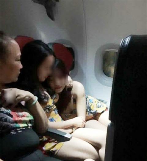 Lắc đầu ngán ngẩm 2 gái Việt xinh ôm ấp trên máy bay - Ảnh 2.