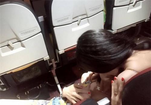 Lắc đầu ngán ngẩm 2 gái Việt xinh ôm ấp trên máy bay - Ảnh 3.