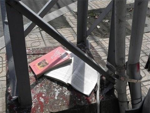 Quyển sách Ngữ văn 12 bị vứt chỏng chơ bên cột điện sau kì thi tuyển sinh Đại học - Cao đẳng năm 2012. (Ảnh: Internet)
