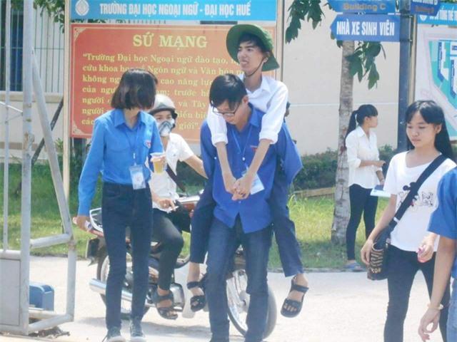 Thí sinh teo chân được cõng vào phòng thi mỗi ngày: Bị teo chân khi học lớp 2 nhưng thí sinhBạch Văn Nhật Cường (xã Phú Mỹ, huyện Phú Vang, tỉnh Thừa Thiên Huế) vẫn không ngừng nỗ lực phấn đấu và nuôi giữ ước mơ được trở thành một lập trình viên giỏi. Giữa cái nắng hè chói chang của tháng 7, tại hội đồng thi trường ĐH Ngoại ngữ Huế (cụm thi 39 do Đại học Huế chủ trì), các bạn tình nguyên viên vẫn thay nhau cõng Cường vào phòng thi. (Ảnh: Đại Dương)
