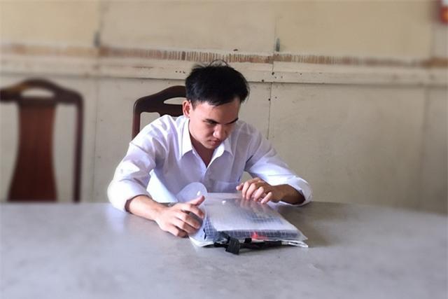 Em Mai Văn Hiền (học sinh Trường THPT Nguyễn Thượng Hiền, Đà Nẵng) khiếm thị bẩm sinh. Với học lực của mình ở bậc THPT, Hiền được đặc cách tốt nghiệp THPT, song em đăng ký dự thi các môn khối A (Toán, Lý, Hóa) để lấy điểm xét tuyển vào đại học. Dự thi tại điểm trường CĐ Phương Đông, cụm thi 40 tại Đà Nẵng, Thí sinh khiếm thị Mai Văn Hiền được bố trí phòng thi riêng. (Ảnh: Khánh Hiền)