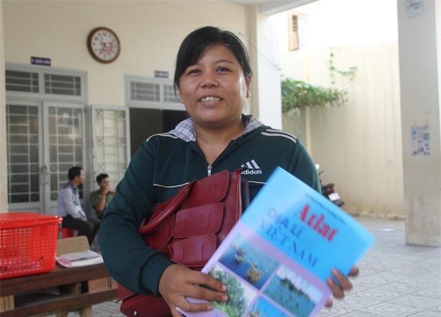 Năm nay 31 tuổi, dù vướng bận con nhỏ, thí sinh Nguyễn Thị Kim Nguyên (ngụ tại xã Bình Khánh, huyện Cần Giờ, TPHCM) cố gắng thi để lấy bằng tốt nghiệp THPT. (Ảnh: Lê Phương)
