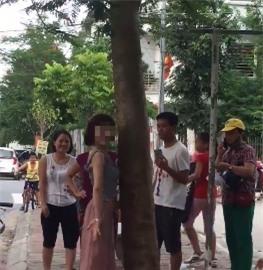 Hành động lạ của thiếu nữ đi xe SH bên gốc cây gây tranh cãi - Ảnh 1.