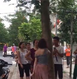 Hành động lạ của thiếu nữ đi xe SH bên gốc cây gây tranh cãi - Ảnh 2.
