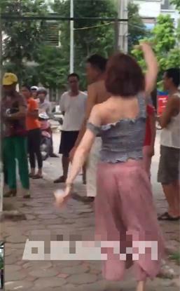Hành động lạ của thiếu nữ đi xe SH bên gốc cây gây tranh cãi - Ảnh 3.