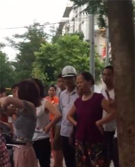 Hành động lạ của thiếu nữ đi xe SH bên gốc cây gây tranh cãi - Ảnh 4.