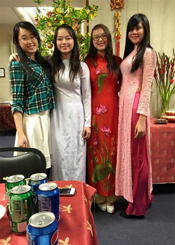 Cùng bạn bè duyên dáng trong tà áo dài trắng của dân tộc.