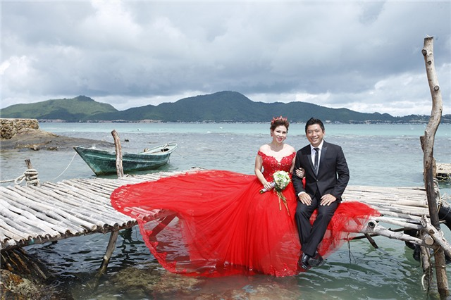 Kinh Quốc cho biết có lẽ năm sau mới đám cưới nhưng vợ anh thích đi chụp ảnh cưới nên anh cũng chiều lòng vợ