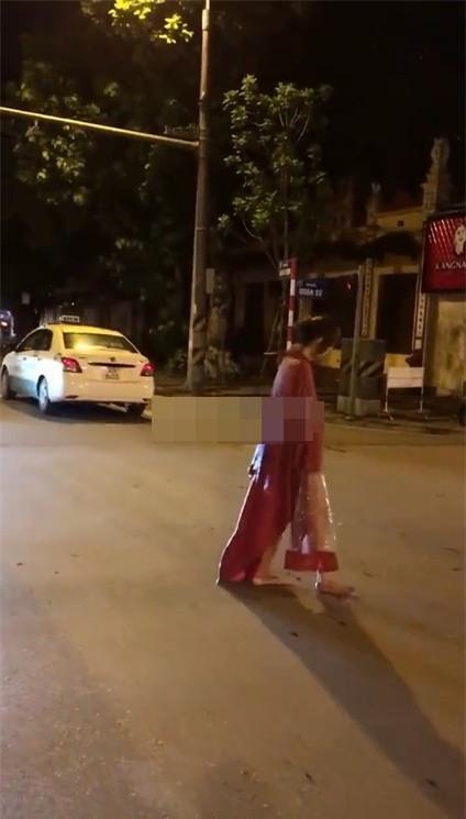 Người đàn bà mặc áo mưa đi giữa phố Hà Nội gây chú ý - Ảnh 2.