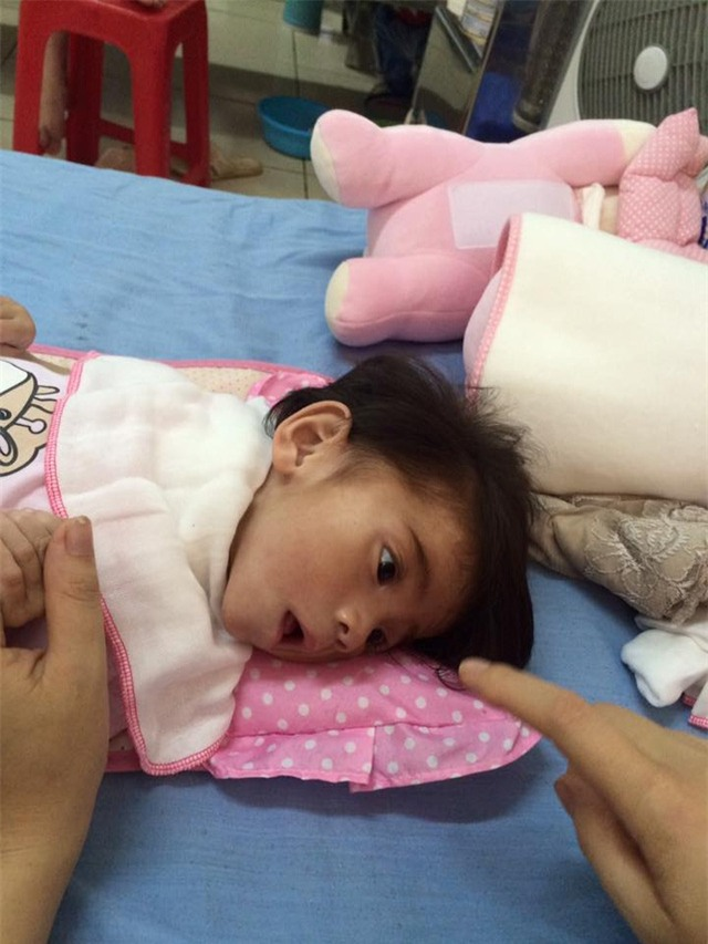 Cảm động chuyện 9X Lào Cai chăm sóc bé 14 tháng tuổi nặng 3,5kg như con ruột - Ảnh 2.