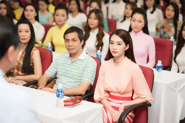 Người đẹp cùng các thành viên trong ban giám khảo chăm chú nghe phổ biến về hoạt động của cuộc thi.