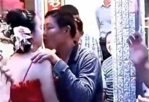 Con dâu hôn bố chồng ngay trước mặt chú rể trong đám cưới gây tranh cãi - Ảnh 1.