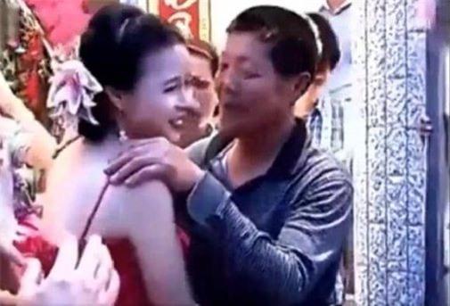 Con dâu hôn bố chồng ngay trước mặt chú rể trong đám cưới gây tranh cãi - Ảnh 2.
