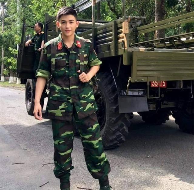 Chàng trai mặc quân phục điển trai như sao Hàn - Ảnh 1.
