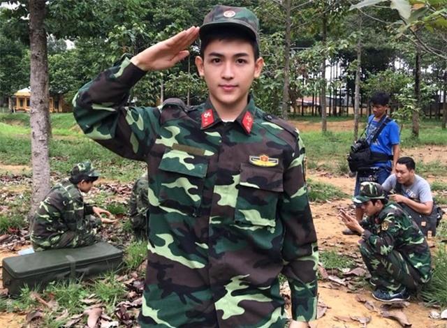 Chàng trai mặc quân phục điển trai như sao Hàn - Ảnh 2.