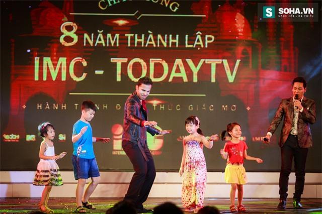 Hành động quá ga-lăng của chồng Cô dâu 8 tuổi với nữ MC Việt - Ảnh 21.