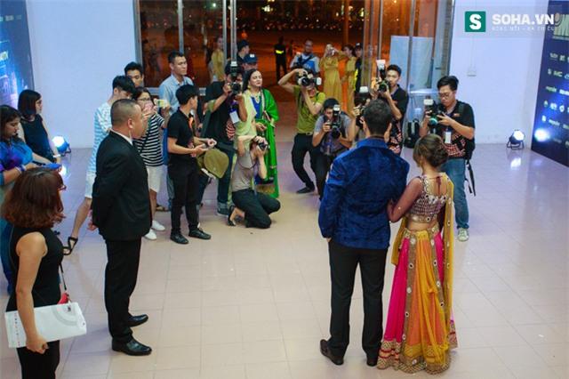 Hành động quá ga-lăng của chồng Cô dâu 8 tuổi với nữ MC Việt - Ảnh 3.