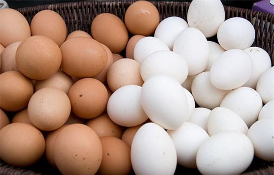 Nhiều người chọn mua trứng màu nâu mà không biết đến sự thật này - Ảnh 1.