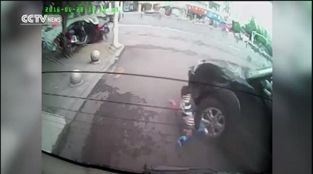 Thót tim bé trai chơi xe trượt ngã dúi dụi, kẹt dưới bánh xe ô tô - Ảnh 3.