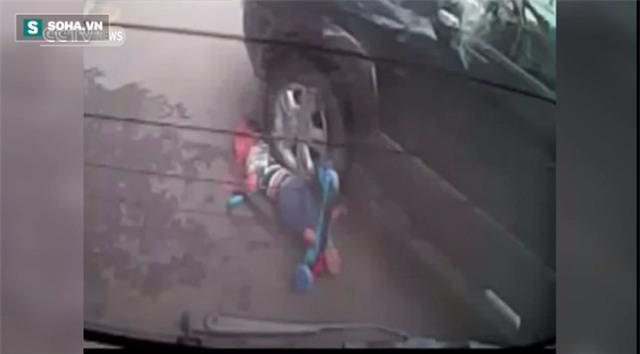 Thót tim bé trai chơi xe trượt ngã dúi dụi, kẹt dưới bánh xe ô tô - Ảnh 4.