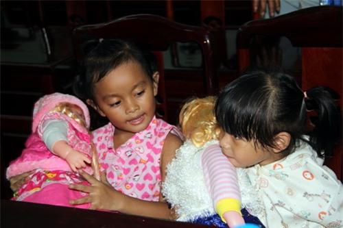 Đổi con sau 3 năm nuôi nhầm: Hai đứa trẻ, ai may mắn hơn?