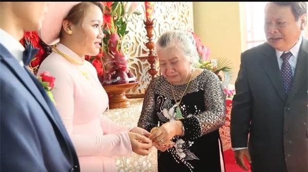 bà ngoại trao 10 cây vàng cho cháu gái
