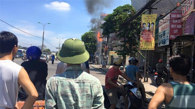 Hà Nội: Cột điện bốc cháy dữ dội, đường Giải Phóng ách tắc - Ảnh 2.