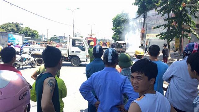 Hà Nội: Cột điện bốc cháy dữ dội, đường Giải Phóng ách tắc - Ảnh 3.