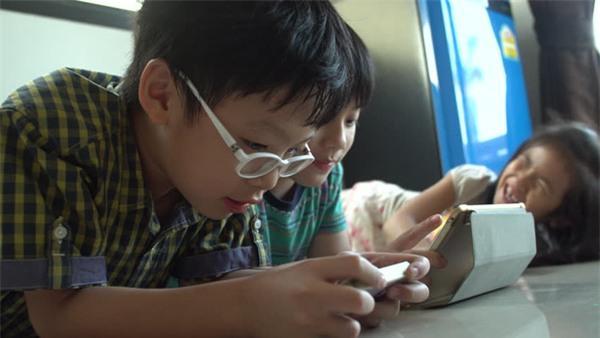Trẻ chơi điện thoại