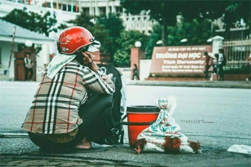 Mẹ tay xách nách mang quà quê lên phố thăm con gây xúc động dân mạng - Ảnh 1
