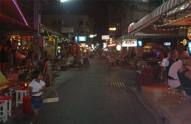 Thái Lan: Nổ bom gần quán bar trong khu du lịch, ít nhất 1 người thiệt mạng và 20 người bị thương - Ảnh 6.