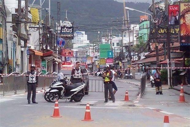Cảnh sát chặn đường ở Phuket sau khi ba vụ nổ diễn ra ở hòn đảo này hôm 12/8. Ảnh: Bangkok Post