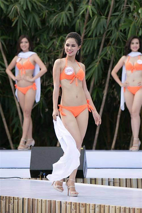 thi-sinh-trinh-dien-bikini-tiep-2