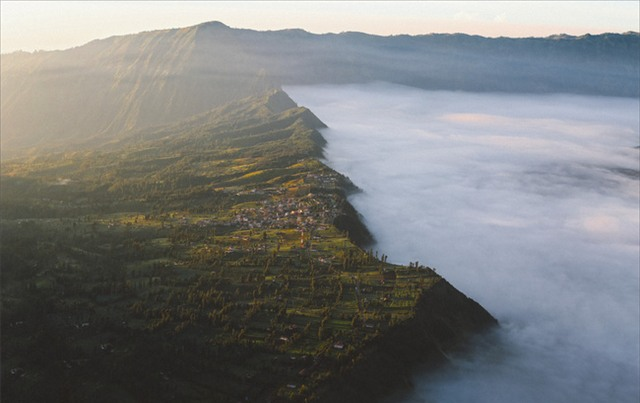 Ở ngay gần Việt Nam thôi, bạn có thể trải nghiệm cảm giác săn mây trên đỉnh núi lửa! - Ảnh 18.