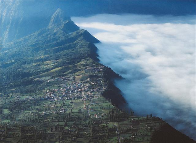 Ở ngay gần Việt Nam thôi, bạn có thể trải nghiệm cảm giác săn mây trên đỉnh núi lửa! - Ảnh 20.