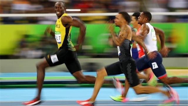 Khoảnh khắc nhăn nhở của Bolt khi thấy không ai bắt kịp anh.