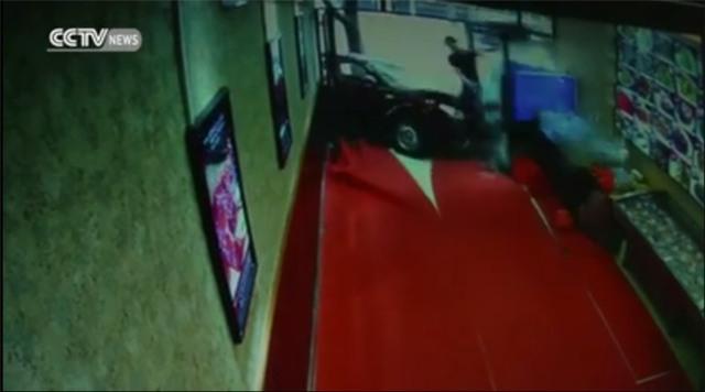 Sốc: Ô tô điên đâm sầm vào cửa hàng gây tai nạn kinh hoàng - Ảnh 2.