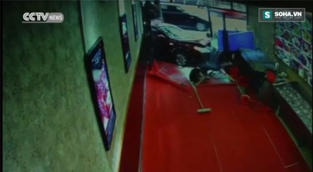 Sốc: Ô tô điên đâm sầm vào cửa hàng gây tai nạn kinh hoàng - Ảnh 3.