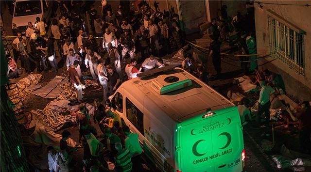 Xe cứu thương, cảnh sát và lực lượng cứu hộ có mặt tại hiện trường vụ đánh bom nhằm vào một đám cưới ở Thổ Nhĩ Kỳ tối 20/8 (Ảnh: RT)
