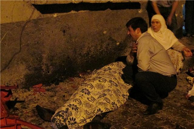 Gia đình các nạn nhân thiệt mạng khóc thương người thân trong vụ nổ ở Gaziantep (Ảnh: Reuters)